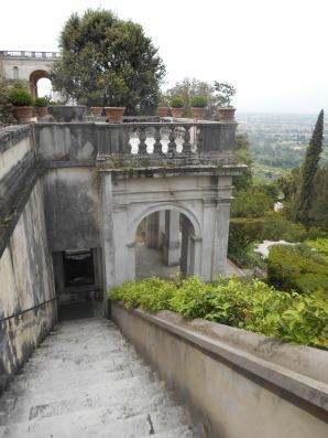 Ensuite, j'aime cette photo car elle donne un aperçu de l'architecture de la maison.